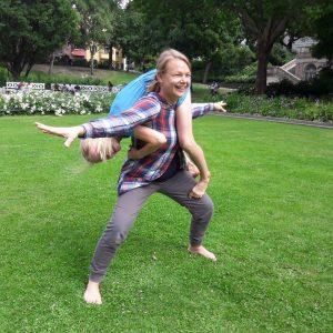 Fünf lustige Sommerideen für Eltern-Kind Yogaspaß